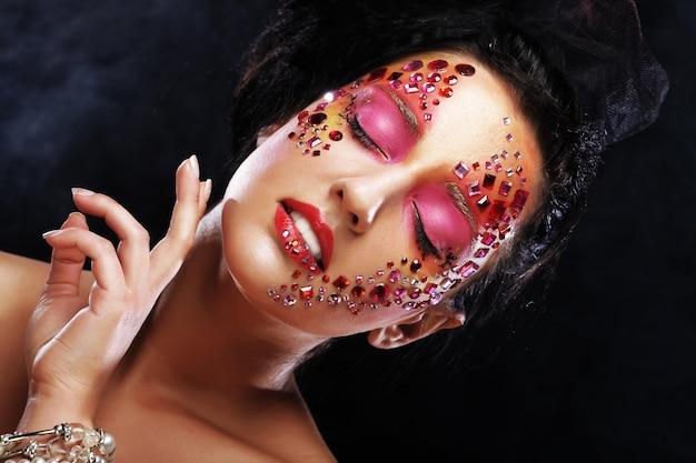 Schoonheidsportret van aantrekkelijk modelgezicht met helder gezicht