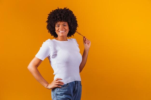 Schoonheidsportret van afrikaanse amerikaanse vrouw met afrokapsel en glamourmake-up.
