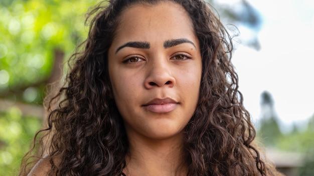 Schoonheidsportret van afrikaanse amerikaanse vrouw met afrokapsel