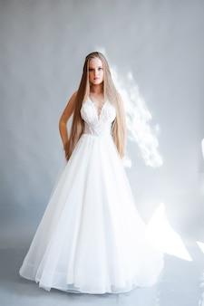 Schoonheidsportret van blonde bruid die mode-trouwjurk draagt