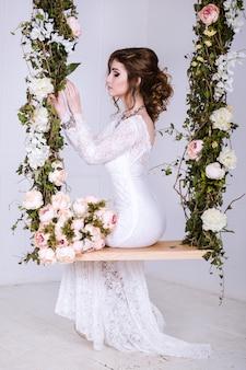 Schoonheidsportret van bruid die in huwelijkskleding dragen met omvangrijke rok, studiofoto