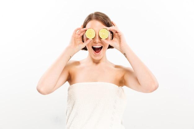 Schoonheidsportret van een gelukkige vrouw met kort donkerbruin haar
