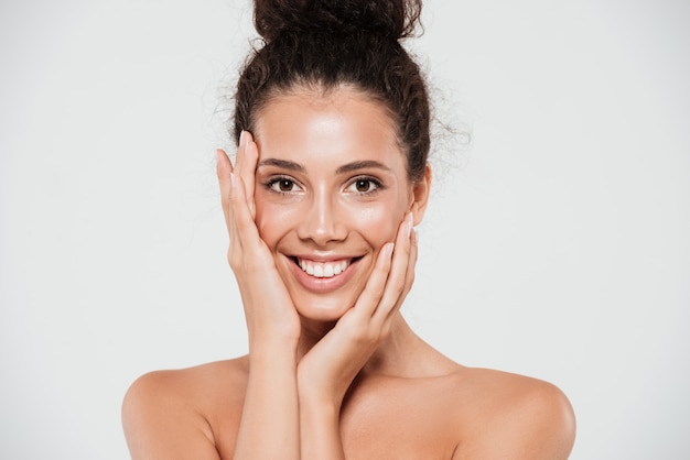 Schoonheidsportret van een glimlachende gelukkige vrouw