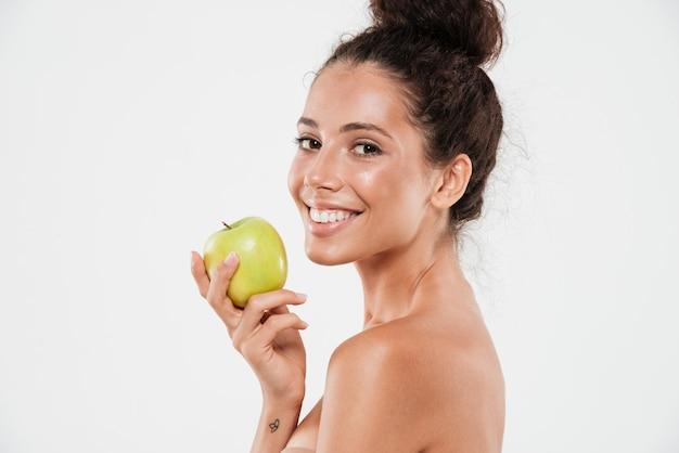 Schoonheidsportret van een jonge glimlachende vrouw met zachte huid