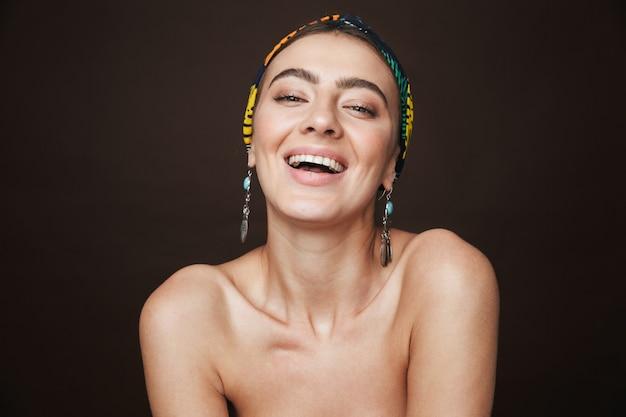 Schoonheidsportret van een jonge lachende gezonde aantrekkelijke donkerbruine geïsoleerde vrouw status