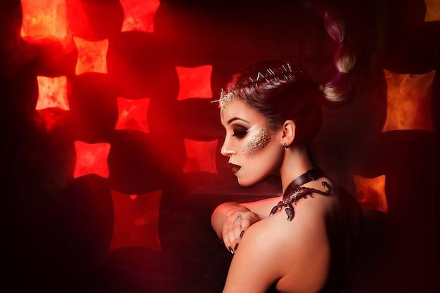 Schoonheidsportret van een meisje met een levende schorpioen.