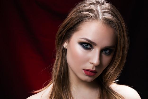 Schoonheidsportret van een mooi brunette op zwarte achtergrond