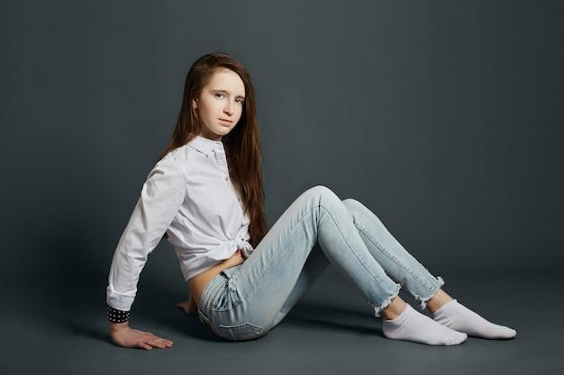 Schoonheidsportret van een mooi jong meisje Premium Foto