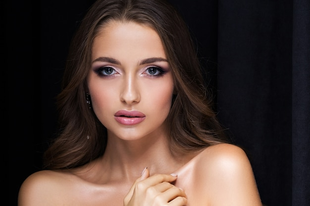 Schoonheidsportret van een mooie brunette op zwarte