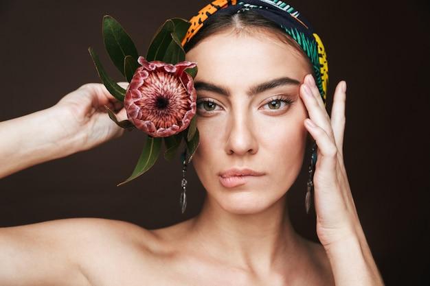 Schoonheidsportret van een topless jonge mooie vrouw die hoofdband en oorringen draagt ?? die zich geïsoleerd bevinden