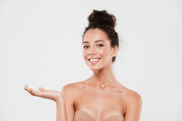 Schoonheidsportret van een vrij glimlachende vrouw met een gezonde huid