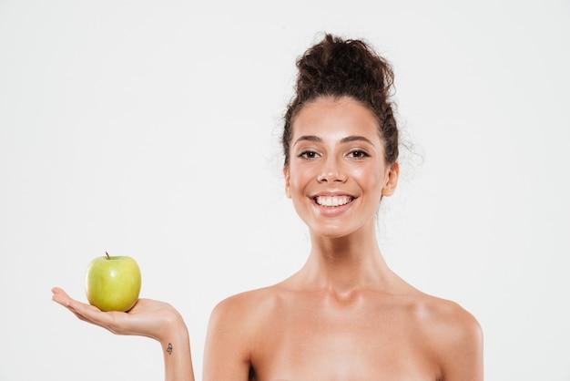 Schoonheidsportret van een vrij glimlachende vrouw met zachte huid