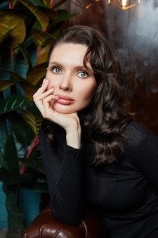 Schoonheidsportret van een vrouw met mooie make-up. delicate zachte schone huid van het gezicht
