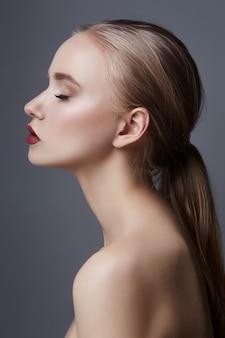 Schoonheidsportret van een vrouw op een donkere achtergrond