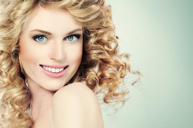 Schoonheidsportret van gelukkig meisje op lichtgroene achtergrond