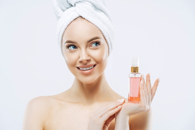 Schoonheidsportret van gelukkige glimlachende europese vrouw met gezonde huid