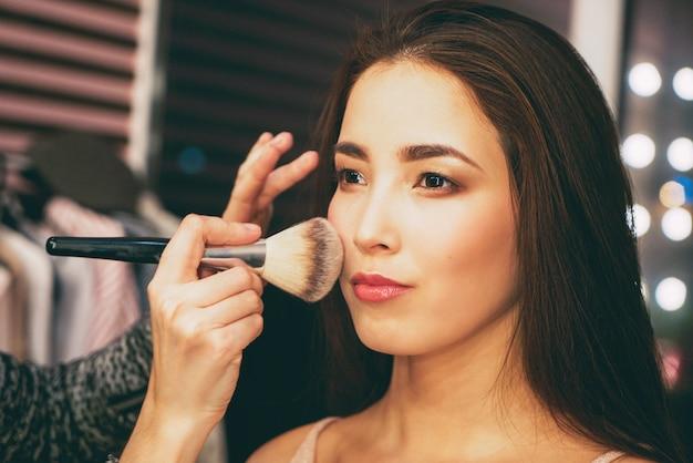Schoonheidsportret van glimlachende sensuele aziatische jonge vrouw met schone verse huid.