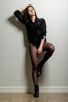 Schoonheidsportret van jonge donkerbruine vrouw