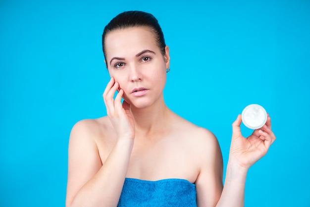 Schoonheidsportret van mooi mooi meisje, jonge aantrekkelijke vrouw in handdoek met duidelijke huidholding