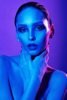 Schoonheidsportret van vrouw in neonlichten