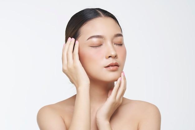 Schoonheidsportret van vrouwelijk gezicht met natuurlijke huid.