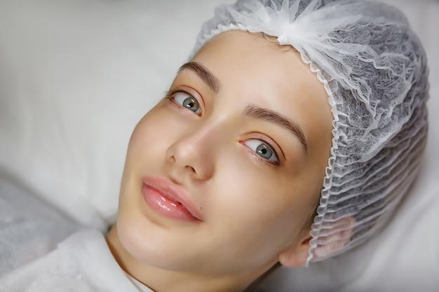 Schoonheidsportret van vrouwelijk gezicht met natuurlijke huid