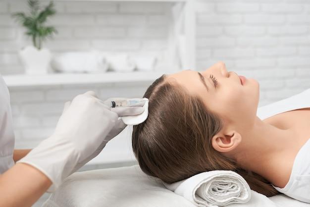 Schoonheidsprocedure ter verbetering van haar in salon