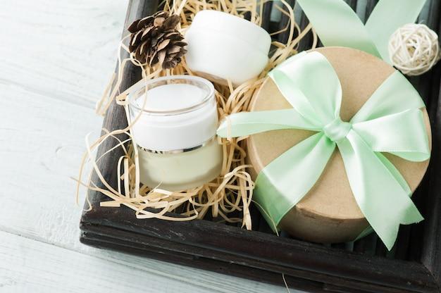 Schoonheidsproducten, cadeau met groen lint