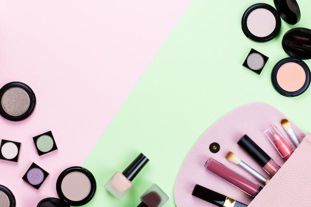 Schoonheidsproducten en mode-accessoires plat lag op pastel achtergrond, bovenaanzicht