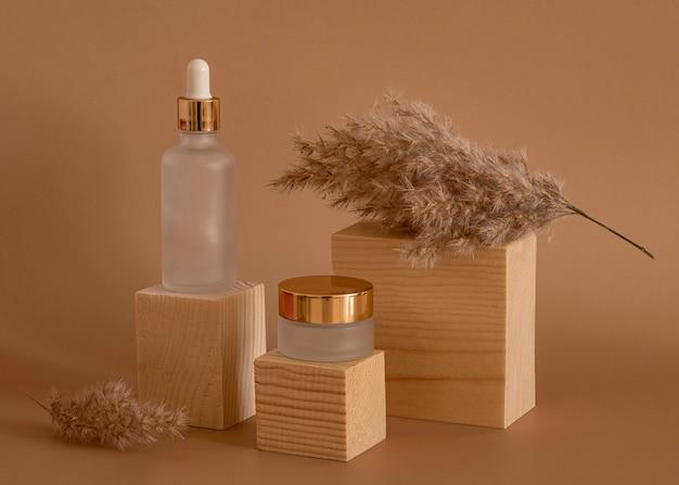 Schoonheidsproducten in het assortiment van ontvangers op houten blokken