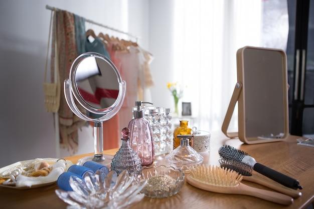 Schoonheidsproducten zetten op een kaptafel