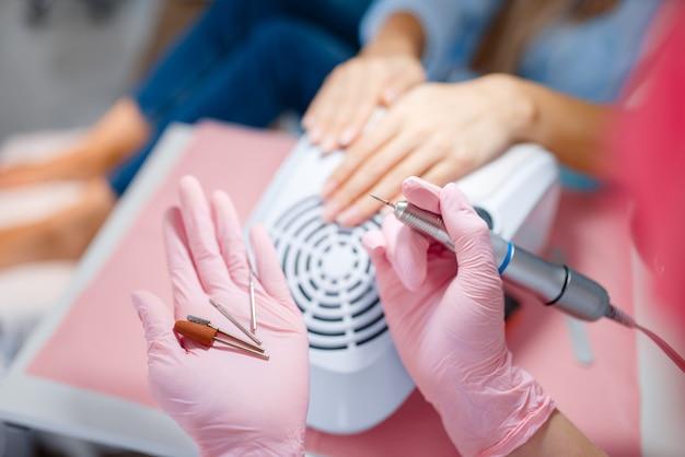 Schoonheidssalon, manicure, nagel polijstmachine.