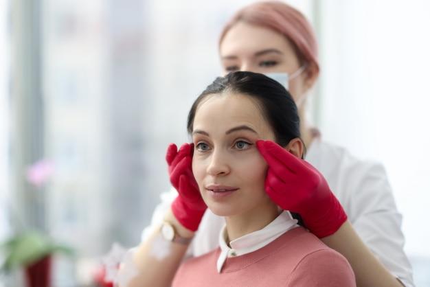 Schoonheidssalon meester maken van permanente make-up aan vrouwelijke klant. interlash ruimte tattoo concept