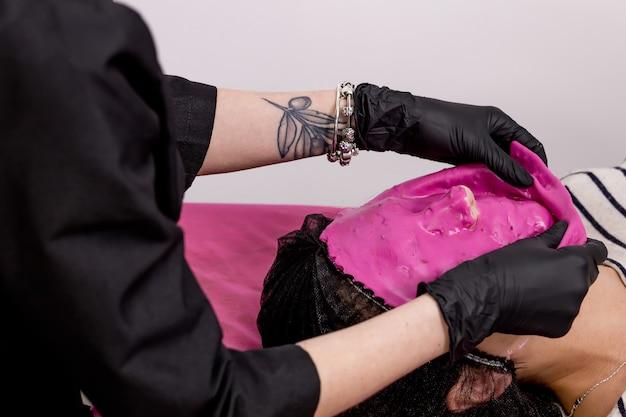 Schoonheidssalon, verwijderen van alginaatmasker. vrouw huidverzorging. schoonheidsbehandeling