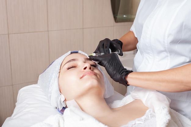 Schoonheidsspecialiste die de procedure van mesotherapie op de cliënt uitvoert