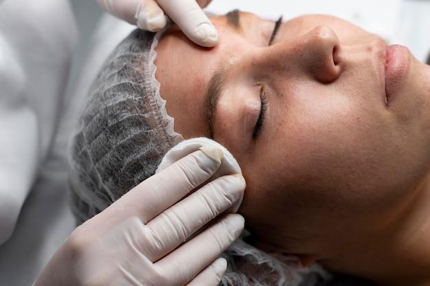 Schoonheidsspecialiste die een microblading-procedure doet bij een vrouw