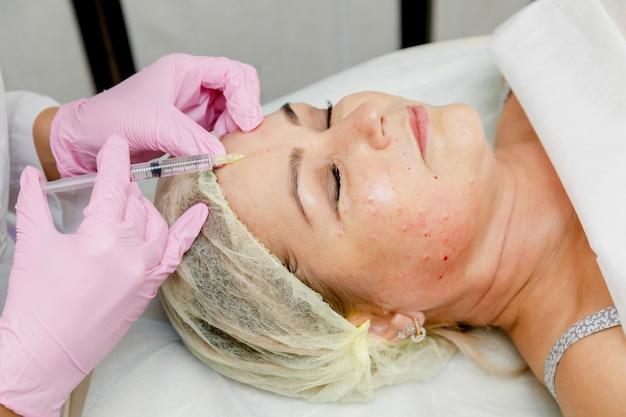 Schoonheidsspecialiste die gezichtsinjectie doet. anti-aging revitalisatie cosmetische procedure