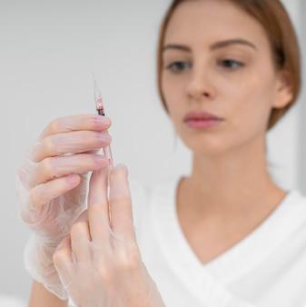Schoonheidsspecialiste die injectievuller doet