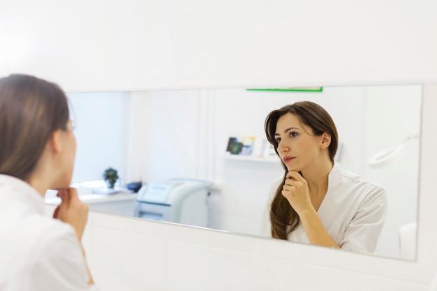 Schoonheidsspecialiste patiënt voorbereiden op huidverzorging procedure