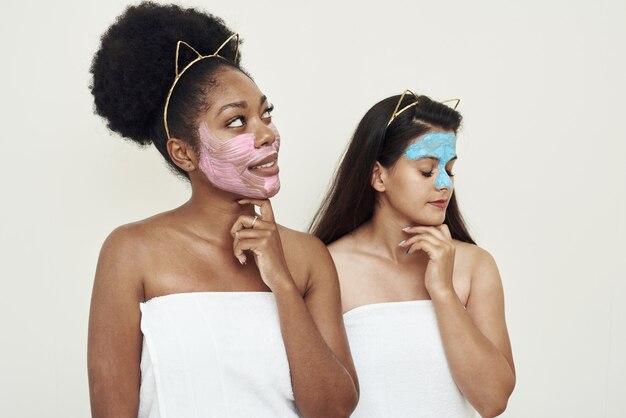 Schoonheidsspecialiste procedures. gezichtsverzorging, hydraterend met natuurlijke cosmetische crèmes.