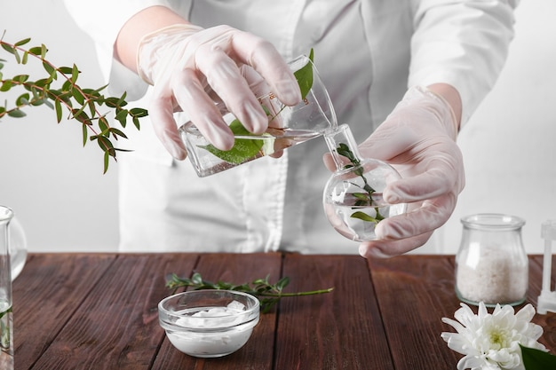 Schoonheidsspecialiste voorbereiding van natuurlijke cosmetica, close-up