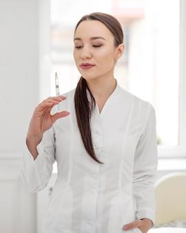 Schoonheidsspecialiste vrouw bij kliniek