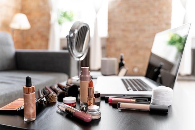 Schoonheidsvloggercosmetica naast laptop
