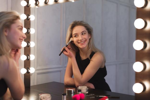 Schoonheidsvrouw die make-up toepassen