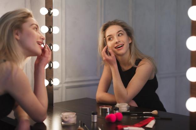 Schoonheidsvrouw die make-up toepast