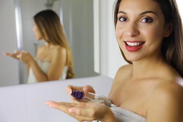 Schoonheidsvrouw die milieuvriendelijke reinigingsolie gebruiken om make-up te verwijderen