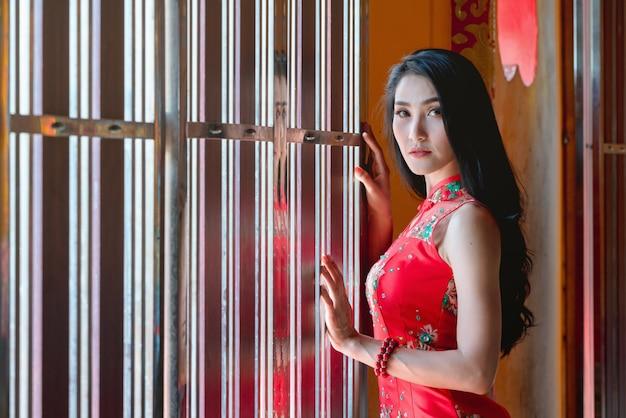 Schoonheidsvrouw en greep het winkelen zakken in chinees nieuw jaar