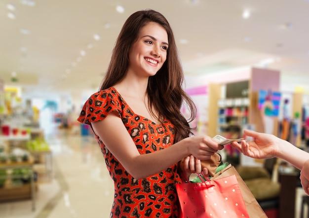 Schoonheidsvrouw met het winkelen zakken in winkelcomplex.