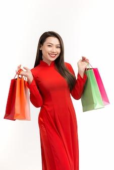 Schoonheidsvrouwen dragen oa dai en nemen boodschappentas mee in het nieuwe maanjaar
