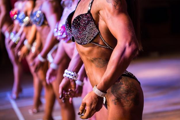 Schoonheidswedstrijd. fitness bikini wedstrijd. lichaam van de seksuele vrouw.